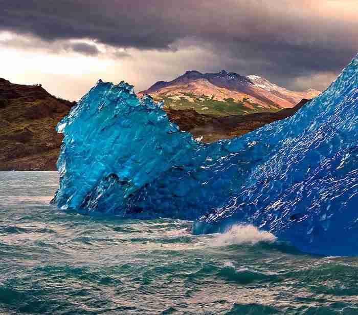 Μπλε παγόβουνο. Ένα φυσικό φαινόμενο το οποίο συμβαίνει όταν οι παγετώνες συμπιέζονται.