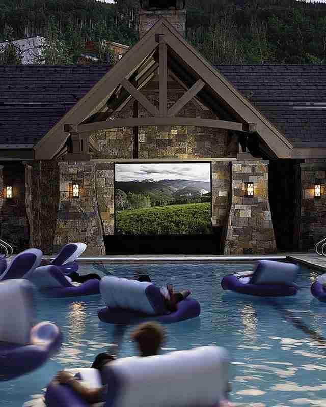 Μια πισίνα με home theater.