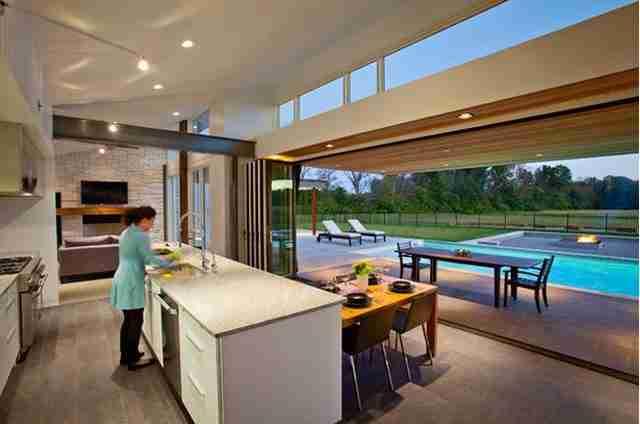 Ένας τοίχος στη κουζίνα που ανυψώνεται για να αποκαλύψει την πισίνα.