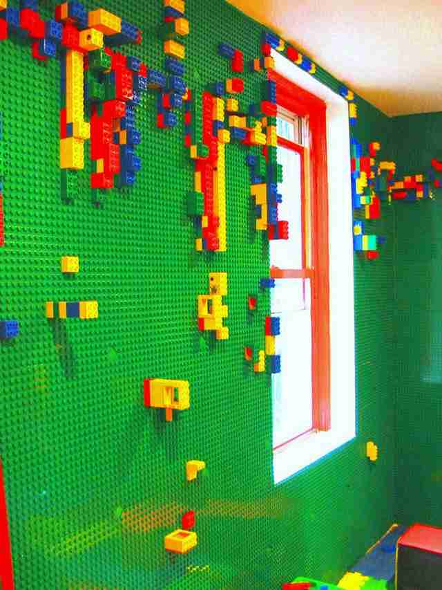 Δωμάτιο με ένα τοίχο LEGO που θα εμπνεύσει τη δημιουργικότητα σας.