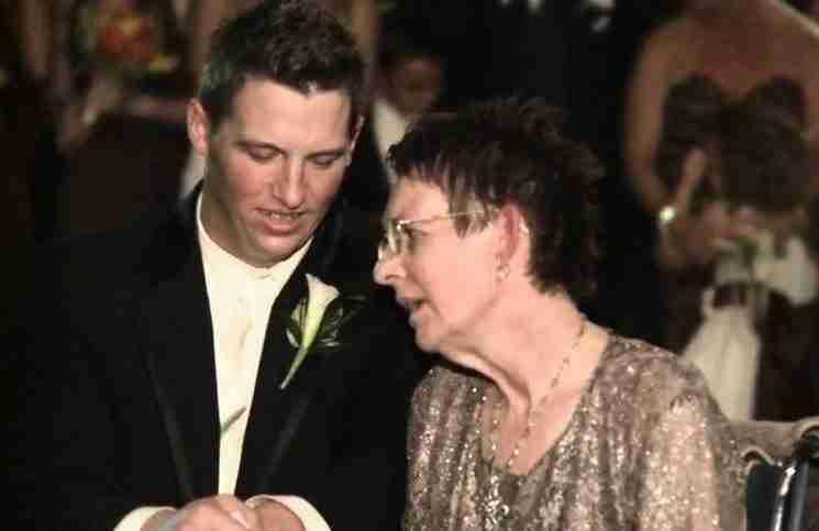 Η μητέρα του είχε ALS και δεν μπορούσε να χορέψει στο γάμο του. Δείτε τι έκανε..