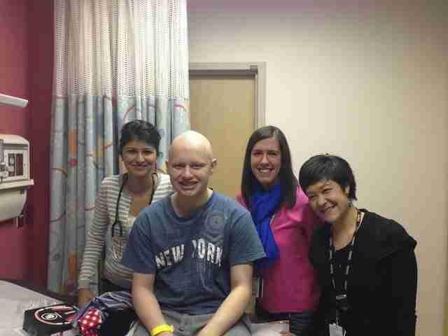 Το προσωπικό του νοσοκομείου, που τον βοήθησε να επανέρθει…