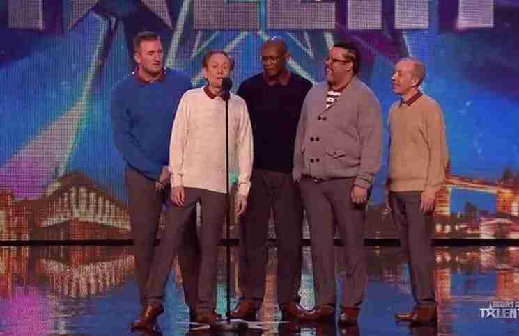 Πέντε μεσήλικοι μπαμπάδες ανεβαίνουν στη σκηνή. Όταν τελειώνουν όλοι μένουν άφωνοι!
