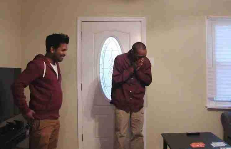 Ένας άστεγος νομίζει ότι μπαίνει στο στο σπίτι του φίλου του. Αλλά καταρρέει όταν ακούει την αλήθεια