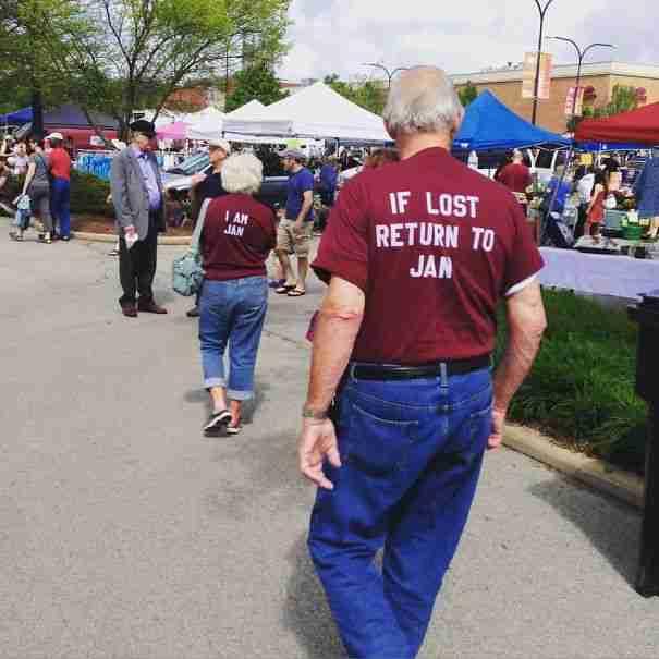 Με αυτά τα χαριτωμένα μπλουζάκια αυτό το ζευγάρι διασφαλίζει ότι δεν θα χωριστεί ποτέ..