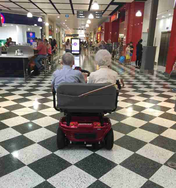 Ο παππούς και η γιαγιά της φωτογραφίας είναι και οι δυο 90 ετών. Αυτό όμως δεν τους σταματά από το να χαρούν τη βόλτα τους..