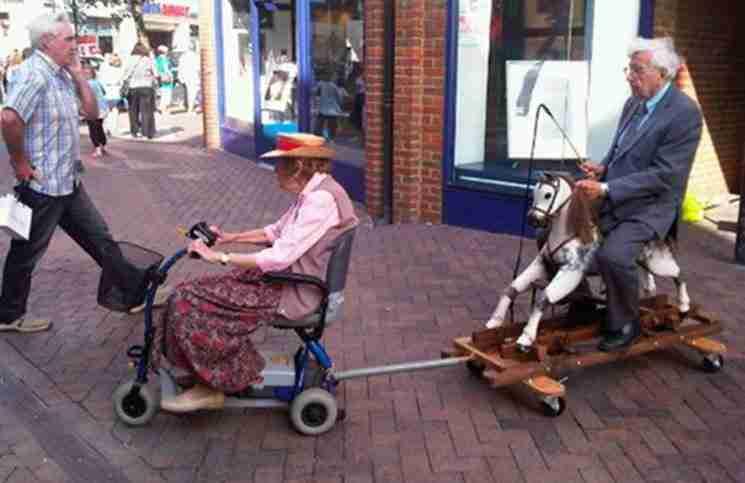 Ο παππούς αποφάσισε να πάει μια βόλτα με το αλογάκι. Η γιαγιά συμφώνησε..