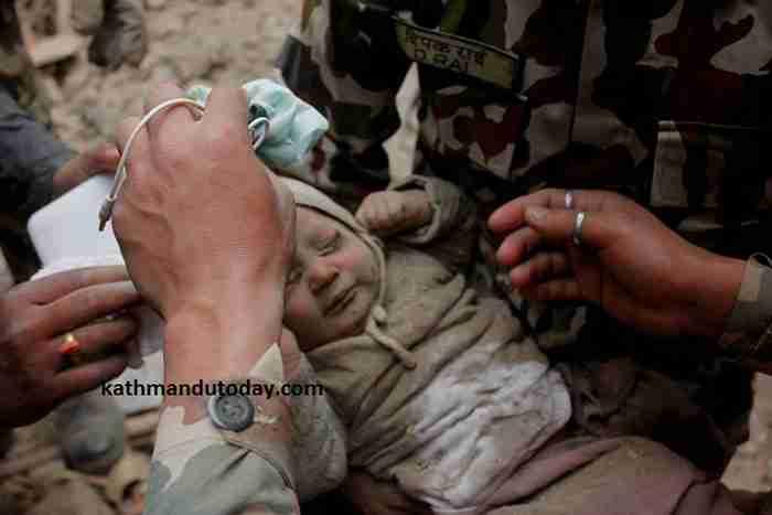 """Η μητέρα του είπε, """"Μπορούσα να τον ακούω τον κλαίει κάτω από τα ερείπια του σπιτιού μας"""""""