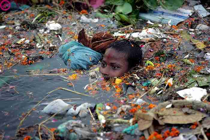 Ένα αγόρι κολυμπάει σε μολυσμένο νερό στην Ινδία