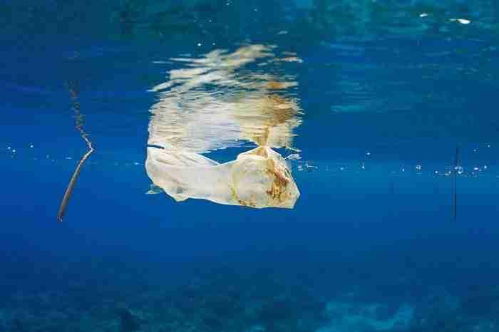 Πλαστική σακούλα επιπλέει στο κύμα στις Φιλιππίνες