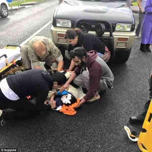 Ένας Σιχ σπάει το θρησκευτικό πρωτόκολλο και χρησιμοποιεί το τουρμπάνι για να σώσει ένα παιδί
