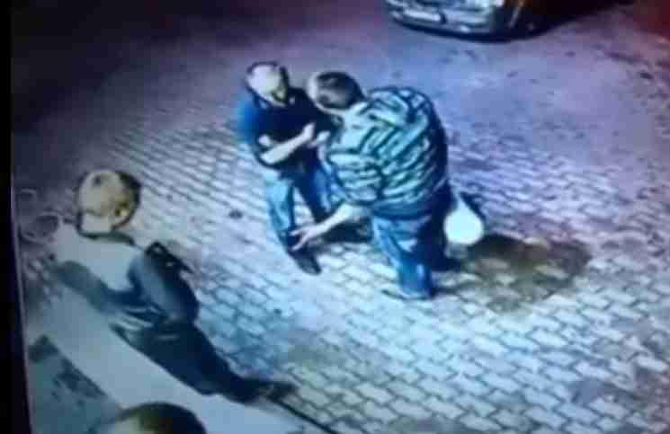 Δύο ληστές πλησίασαν για να κλέψουν αυτόν τον ηλικιωμένο άντρα. Αλλά ποτέ δεν περίμεναν αυτό που ακολούθησε