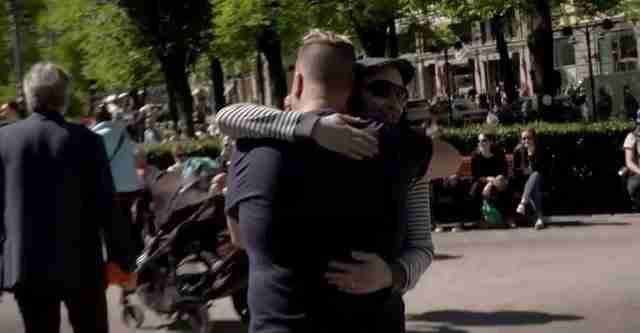Αγκαλιές και μετά και άλλες αγκαλιές...