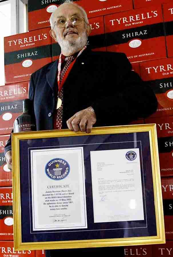 Ο άνθρωπος που έσωσε πάνω από 2 εκατομμύρια παιδιά με το αίμα του!