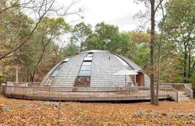 Αυτό το παράξενο σπίτι μοιάζει με UFO. Αλλά προσέξτε τι συμβαίνει αν πατήσεις το κουμπί.