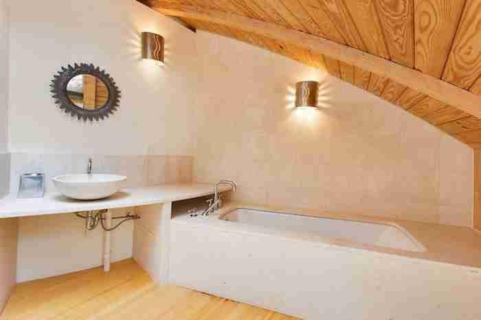 Το σπίτι έχει δύο επίπεδα, δεν έχει εσωτερικούς τοίχους και είναι εξαιρετικά ευρύχωρο.