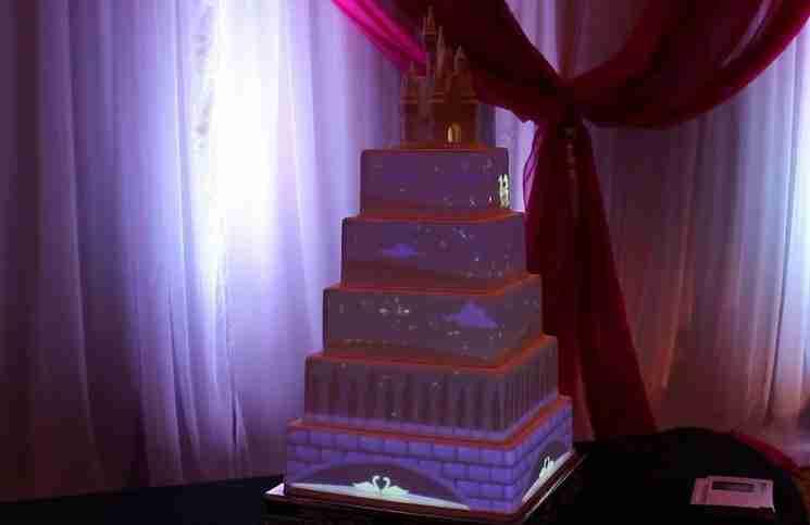 Μοιάζει με μια πολύ συνηθισμένη γαμήλια τούρτα. Μέχρι που συνέβη αυτό..