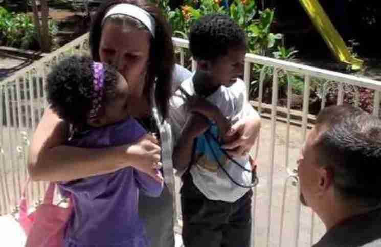 Αυτό το ζευγάρι συναντά τα παιδιά του για πρώτη φορά! Δείτε το συγκινητικό βίντεο..