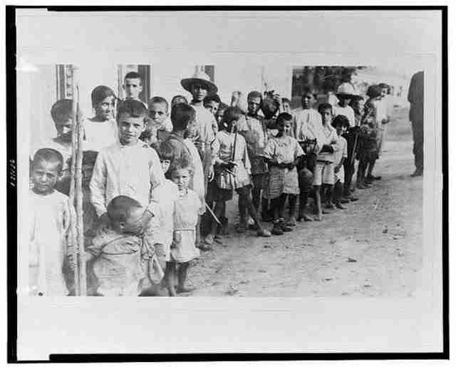 Ελληνοπούλα και παιδιά προσφύγων της Αρμενίας – 1923
