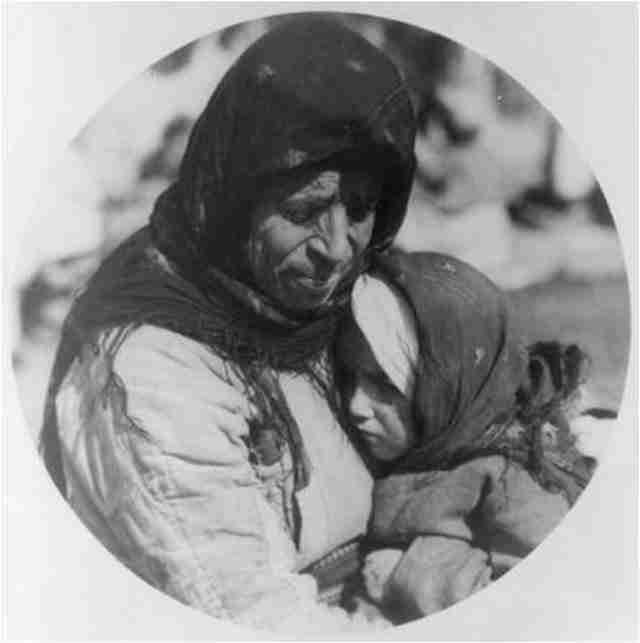 Μάνα και κόρη στο καταυλισμό στη Θεσσαλονίκη – 1923