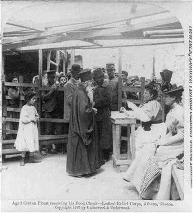 Κρητικός Ιερέας σε συσσίτιο στην Αθήνα – 1897