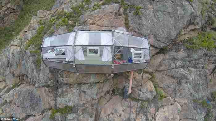 Υπάρχει επίσης κουρτίνα για να καλύπτει τους φιλοξενούμενους από τα περίεργα βλέμματα, όπως επίσης και παράθυρα για να απολαμβάνει κανείς τη θέα.