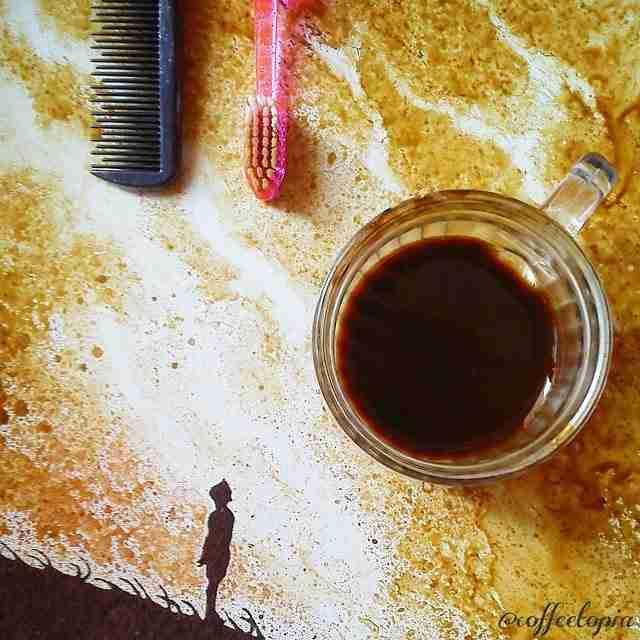 Ένας άντρας πίνει τον καφέ του και με ότι περισσεύει δημιουργεί αριστουργήματα!