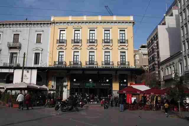 Ένα café που σερβίρει… ελληνικό και Ιστορία: