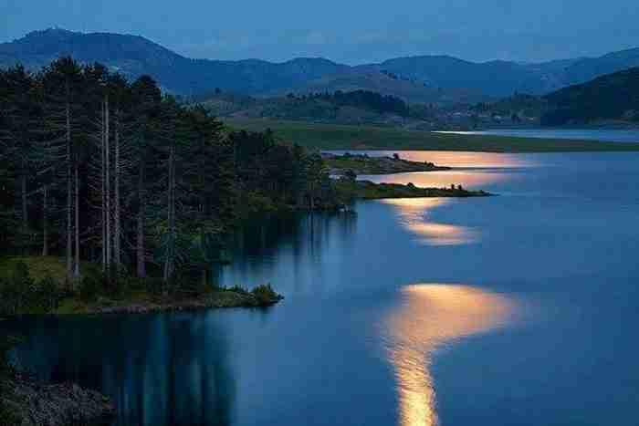 Η Λίμνη Πλαστήρα περικυκλωμένη από την πλούσια βλάστηση της περιοχής. Ή μήπως ο… Αμαζόνιος;