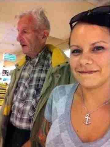 Μια γυναίκα βρήκε έναν 89χρονο να περιπλανιέται μόνος του. Αυτό που έκανε είναι εκπληκτικό.