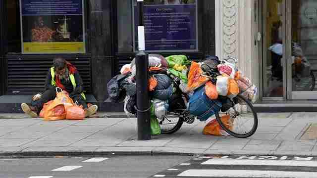 """Καλλιτέχνες βαρέθηκαν τα """"καρφιά που διώχνουν τους άστεγους"""" και τα έκαναν λίγο πιο άνετα!"""