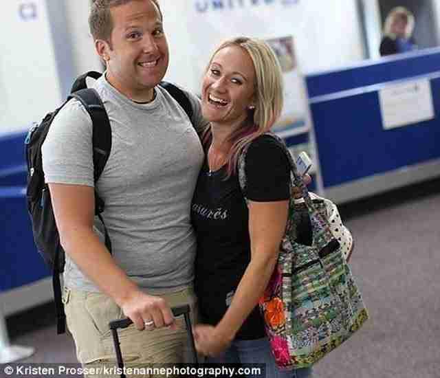 Σε αυτή τη φωτογραφία το ζευγάρι βρίσκεται στο αεροδρόμιο, για να ταξιδέψει στη Μινεσότα.