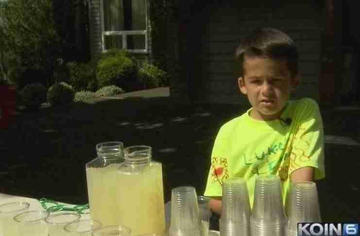 7χρονος πουλάει λεμονάδες για να βοηθήσει τη μητέρα του που πάσχει από καρκίνο