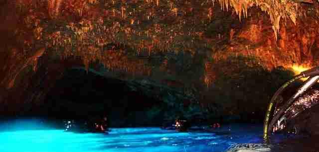 Στα γαλαζοπράσινα νερά των Κυκλάδων κρύβεται ένα εντυπωσιακό υποβρύχιο σπήλαιο με τρούλους και ανεμώνες