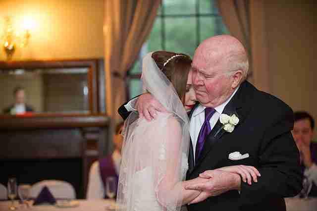 Ένας παππούς χορεύει την εγγονή του στο γάμο της. Ο πατέρας της έχει πεθάνει.
