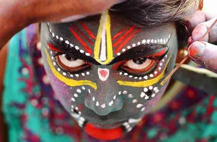 Μια νεαρή κοπέλα βαμμένη προς τιμήν του θεού Angalamman.