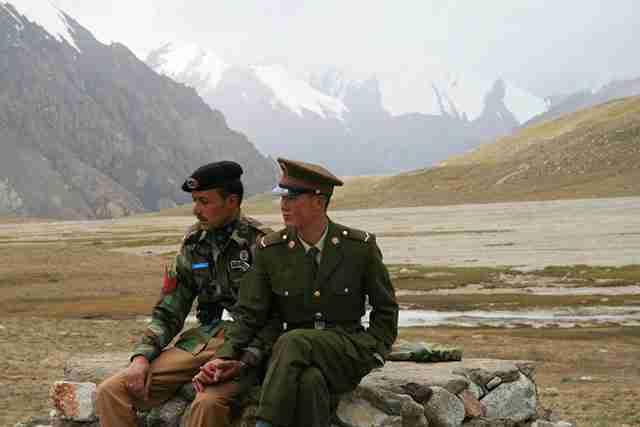 Ένας Κινέζος και ένας Πακιστανός συνοριοφύλακας κάθονται μαζί.