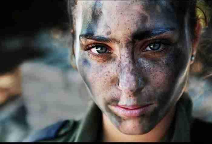 Μια Ισραηλινή στρατιώτης μετά από μάχη.