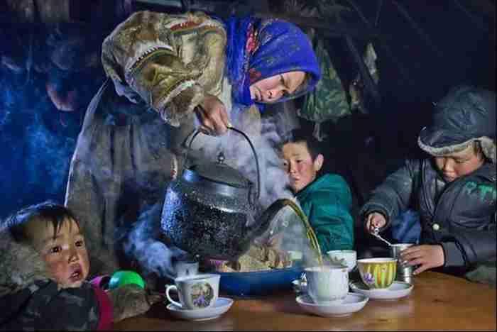 Μια οικογένεια συγκεντρώνεται για τσάι στη χερσόνησο Γιαμάλ