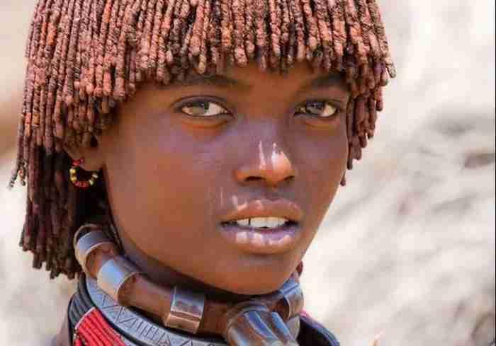 Μια όμορφη νεαρή κοπέλα από το φυλή Hamer στην Αιθιοπία