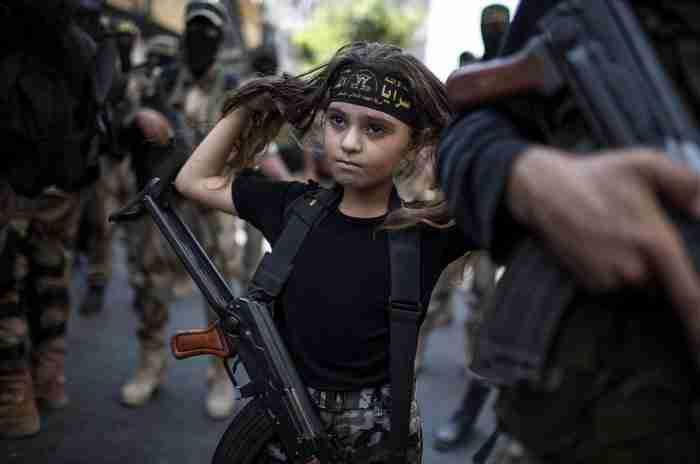 Ένα Παλαιστίνιο κορίτσι με ένα ΑΚ-47 στην πόλη της Γάζας.