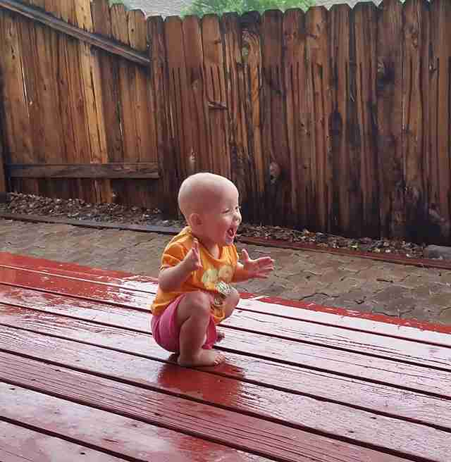 Ένα μωρό 14 μηνών νιώθει τις σταγόνες της βροχής πάνω του για πρώτη φορά.