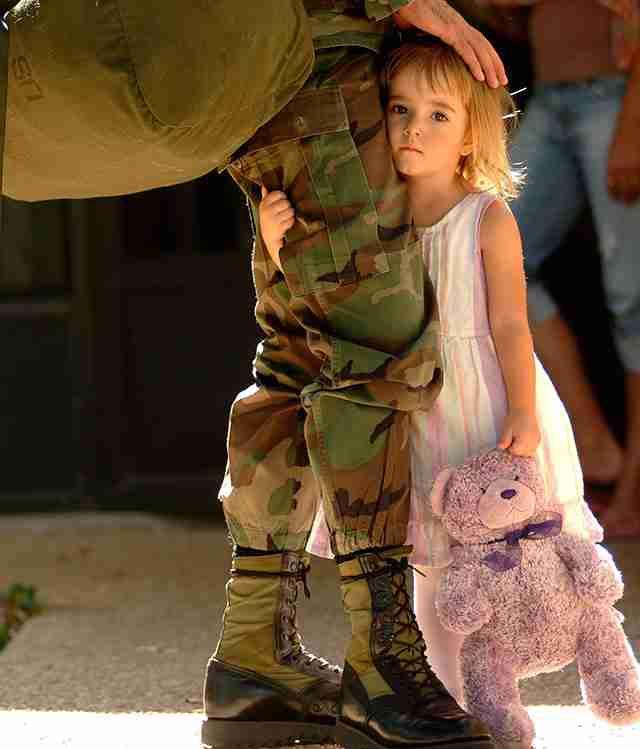 Ένα κορίτσι αποχαιρετά τον στρατιωτικό μπαμπά του που φεύγει σε αποστολή.