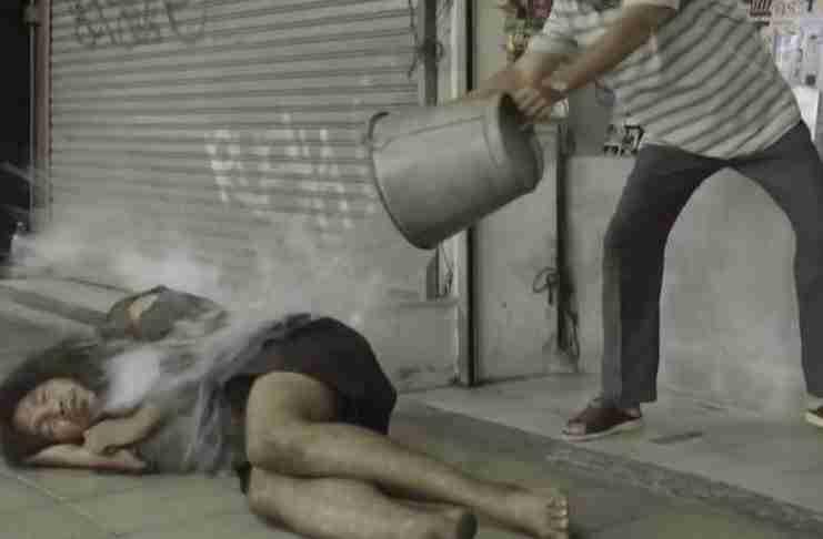 Έδιωχνε τον άστεγο γιατί του χάλαγε την εικόνα του μαγαζιού. Μέχρι που είδε το βίντεο