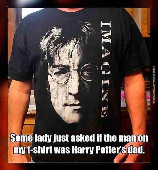 Κάποια κυρία τον ρώτησε αν ο κύριος στη μπλούζα του είναι ο μπαμπάς του Χάρι Πότερ. Θα μπορούσε αλλά.. όχι.
