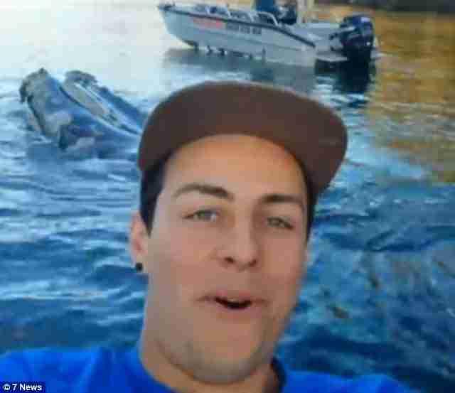 Ο ένας ψαράς όμως πρόλαβε να τραβήξει αυτή την καταπληκτική Selfie