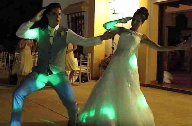 Λένε ότι είναι ο καλύτερος χορός νεόνυμφων που έγινε ποτέ. Σίγουρα πάντως είναι ο πιο διασκεδαστικός!