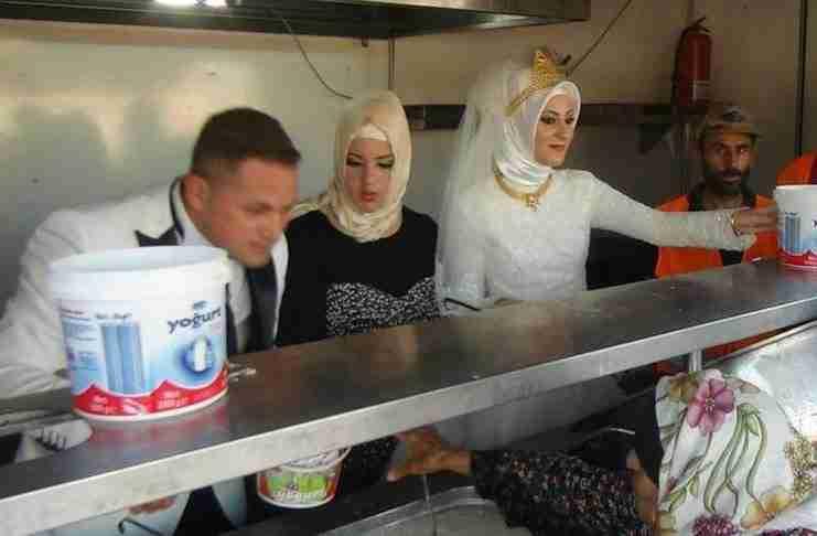 Όμορφη πράξη! Γαμπρός και νύφη τάισαν 4.000 πρόσφυγες αντί να κάνουν δεξίωση!