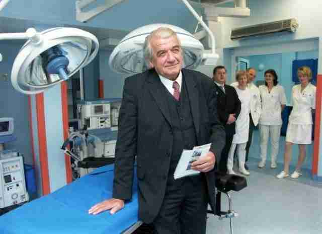 Ο γιατρός ήρωας που ξαγρύπνησε δίπλα στον ασθενή του μετά από 23 ώρες εγχείρησης.