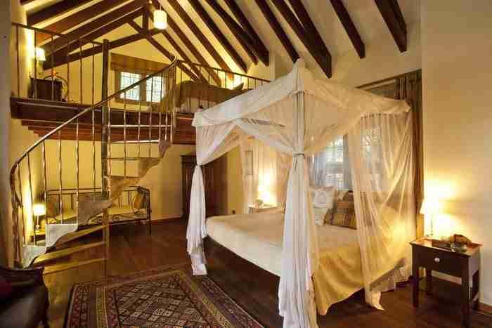 Το αρχοντικό διαθέτει 10 κομψά σχεδιασμένα δωμάτια με ψηλές θολωτές οροφές.